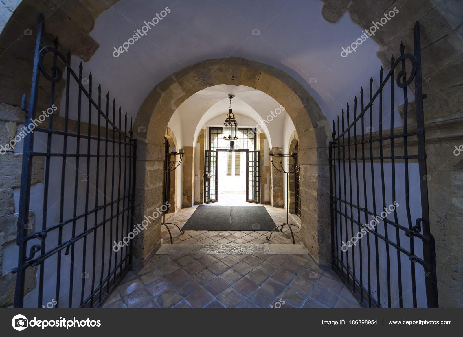 Ingresso del bagno ebraico in Ortigia — Foto Stock © bepsimage ...