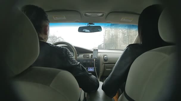 Versteckte Kamera filmt den Fahrer hinterm Steuer und seine Freundin,