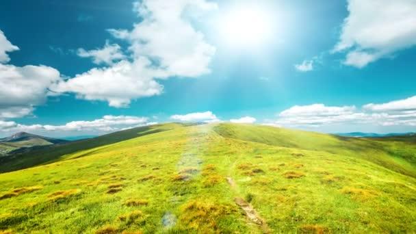 Krásné zelené louce horské stezce