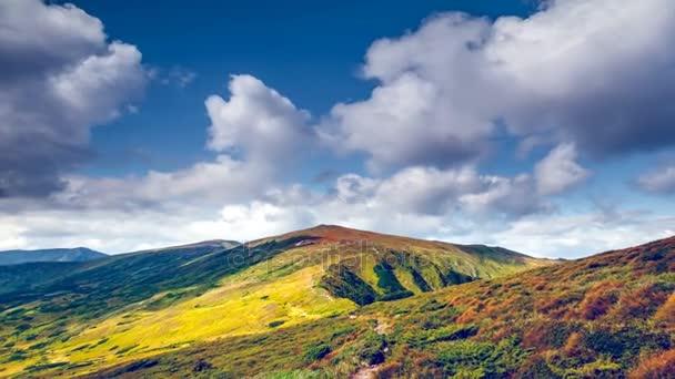 Krásná podzimní louka horská cesta