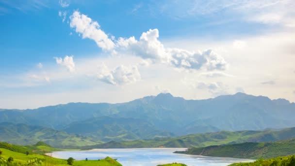 Krásný křišťálový horské jezero, zelená Luční hora