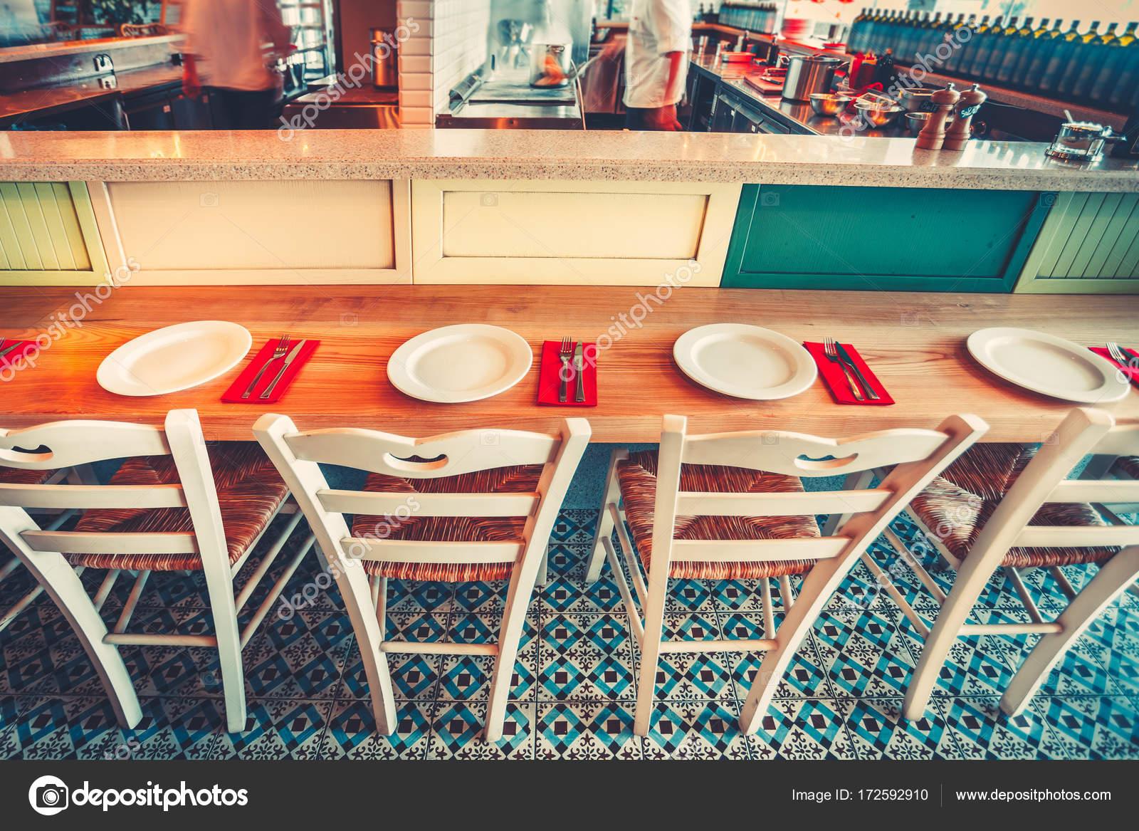 Moderne einfache Café Einrichtung mit Holzmöbeln — Stockfoto ...