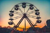 Fotografie Riesenrad bei Sonnenuntergang - beliebte Park-Attraktion
