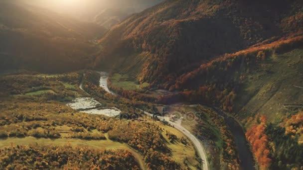 Vzdušný let nad fantastický kaňon horská řeka