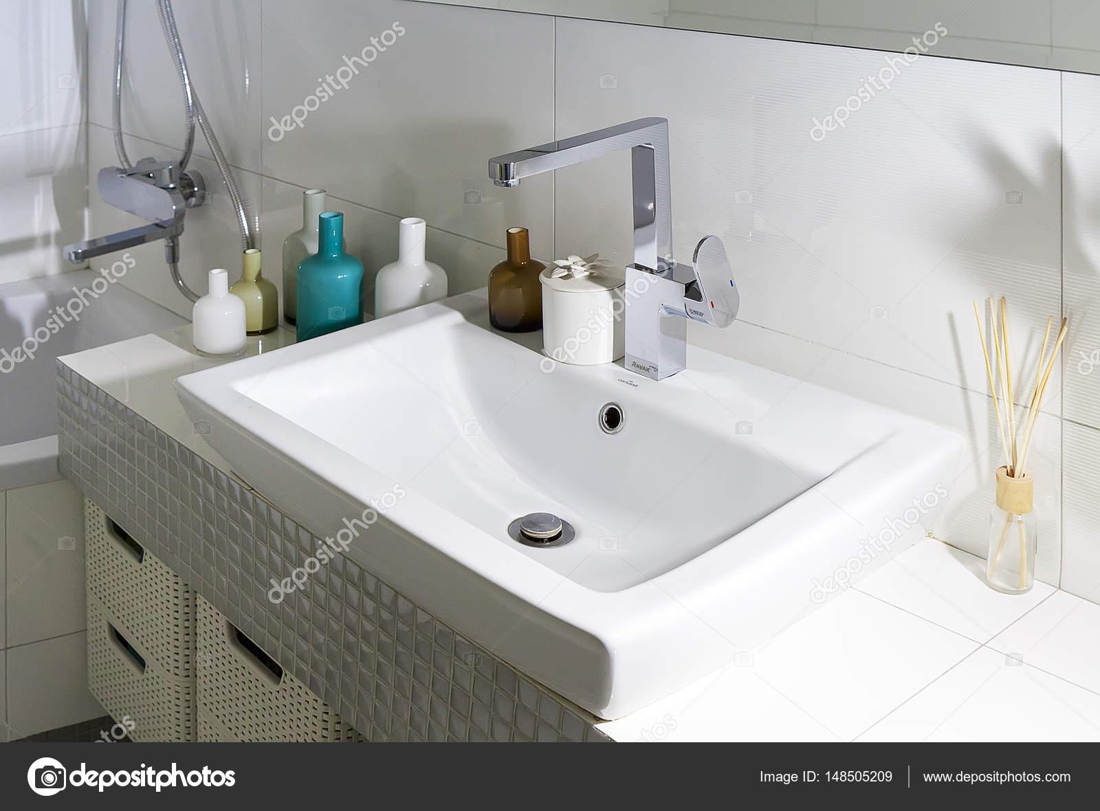 Badkamer met wastafel en glazen flessen — Stockfoto © deekens #148505209
