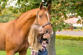 Fotografie Junge schöne Frau mit einem Pferd