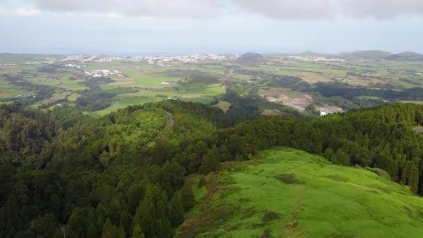 A légi felvétel a zöld erdőben, a nappali, Azori-szigetek, Portugália