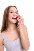 Fotografie Schöne Frau, eine frische Erdbeere essen isoliert auf weißem Hintergrund