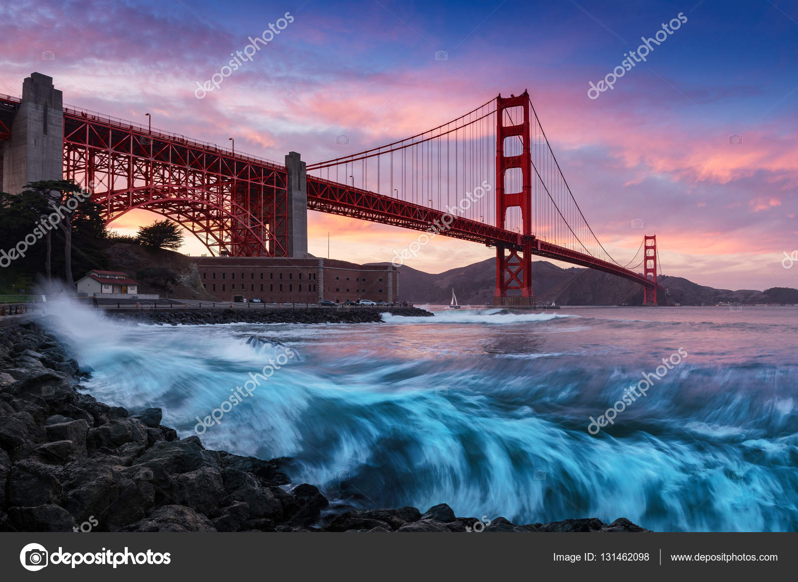 puente golden gate en san francisco al atardecer con incre bles olas de orilla del mar en primer. Black Bedroom Furniture Sets. Home Design Ideas
