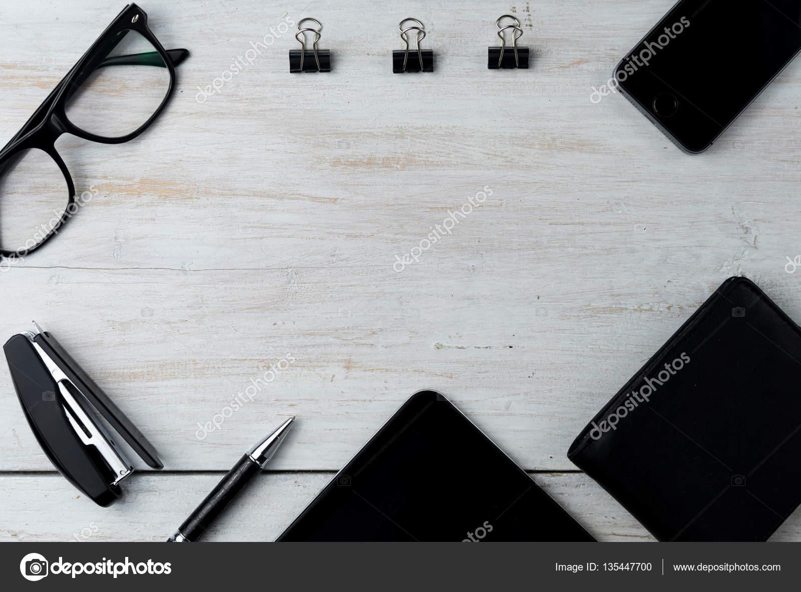 b3182f33210 현대 남성 액세서리와 흰색 노트북 — 스톡 사진 © vladymyr #135447700