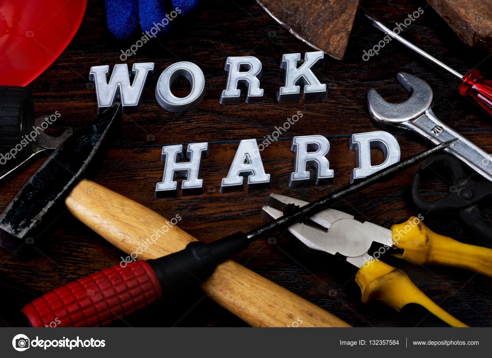 Ferramentas E Trabalhar Duro Escrito Com Letras Sobre A Mesa De