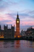 Fotografie věž s hodinami slavný big ben v Londýně, Velká Británie