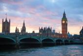 Fotografie věž s hodinami slavný big ben v Londýně, Velká Británie.