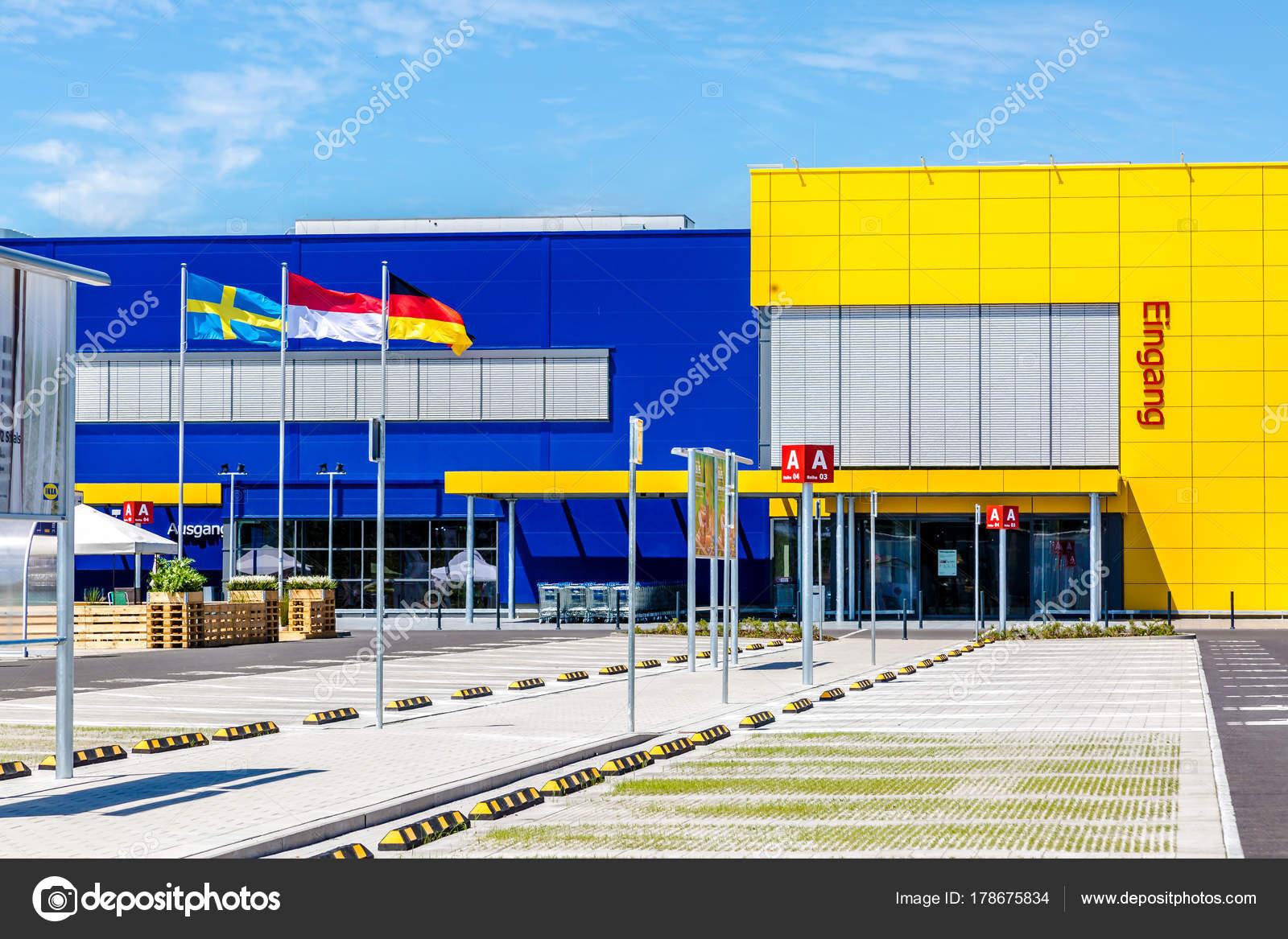Ikea Einrichtungshaus Mit Parkplatz Redaktionelles Stockfoto