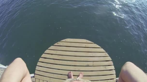 muž skočil do moře