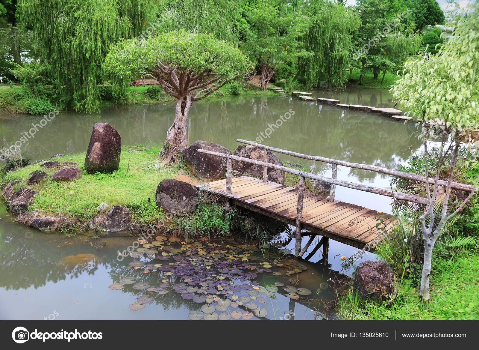 Holzbrücke Im Garten Stockfoto Alkirdep 135025610