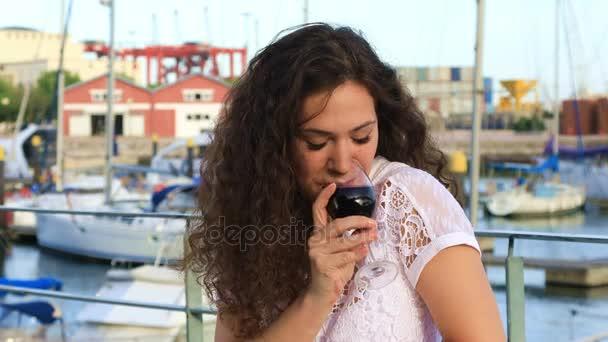 Szép fiatal nő ivott vörös bort
