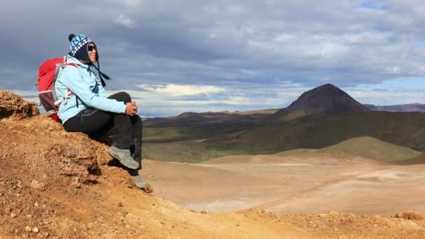 Dívka se těší nádherný výhled z islandské krajiny