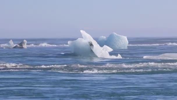 Eisberge treiben auf dem Nordatlantik