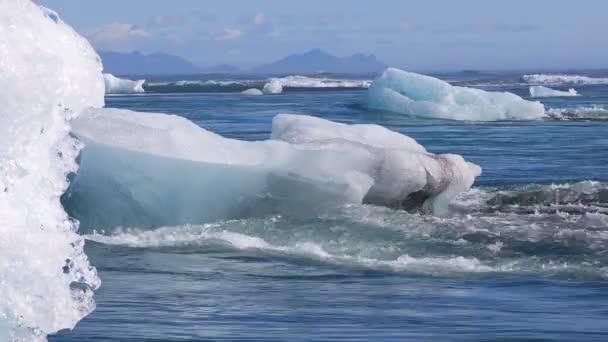 Eisbrocken treiben in den Nordatlantik