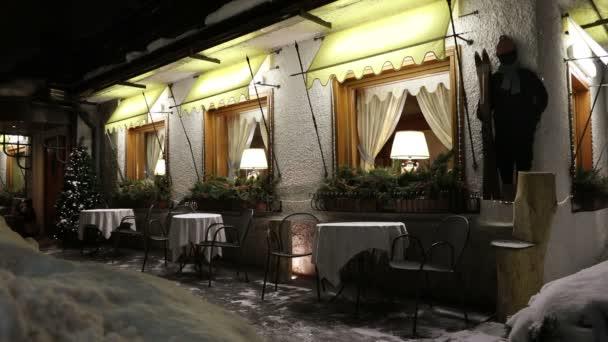 Exteriér v prázdné restauraci s vánoční stromeček v lyžařském středisku na pozadí Zimní noc