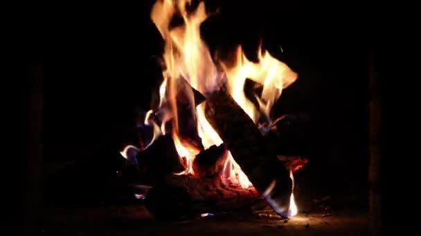 Zblízka teplé hořícího krbu v Cihlový krb