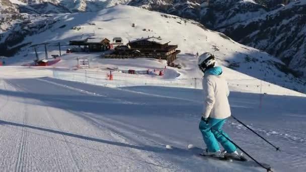 Mladá dospělá sportovkyně v lyžařském obleku a helmě na prázdném sjezdovce v Dolomitách, Livigno Itálie