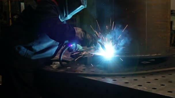 Svařování kovových konstrukcí v továrně. Průmyslové téma
