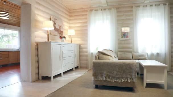 Interiér obývacího pokoje s krbem na jasném slunci