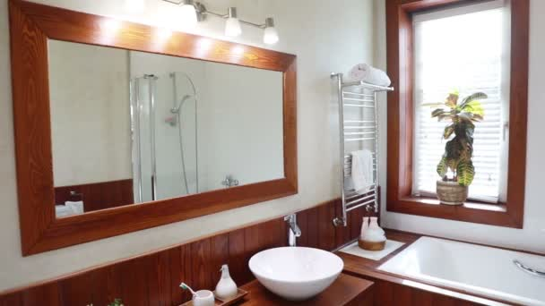 Modern lakóház fürdőszoba nagy tükörrel és ablakkal