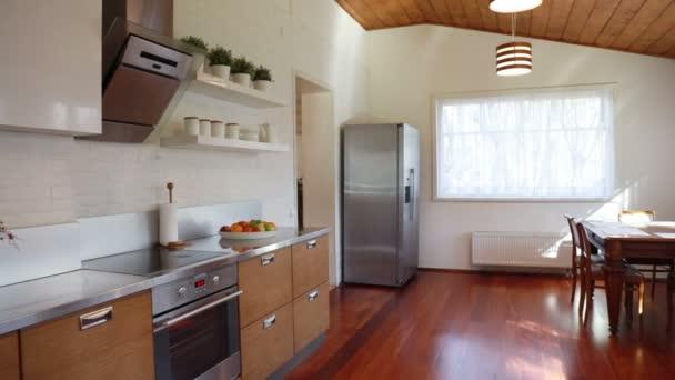Interiér moderní kuchyně koupané ve slunečním světle