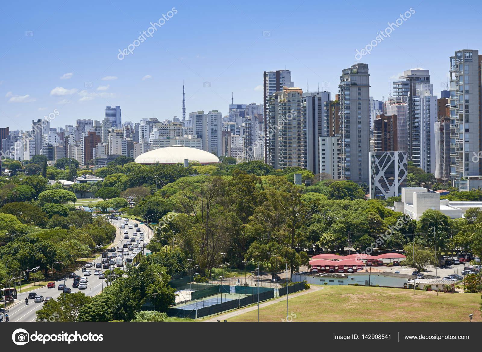 64b722eb7b Uitzicht over het Ibirapuera Gymnasium en gebouw van de stad Sao Paulo in  zonnige middag — Foto van ...