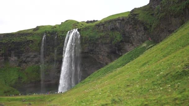 Krásný vodopád Seljalandsfoss ve zpomaleném filmu během léta. Island