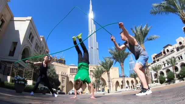 Akrobatikgruppe springt in Dubai mit Doppelspringseil und macht verschiedene Tricks in Zeitlupe