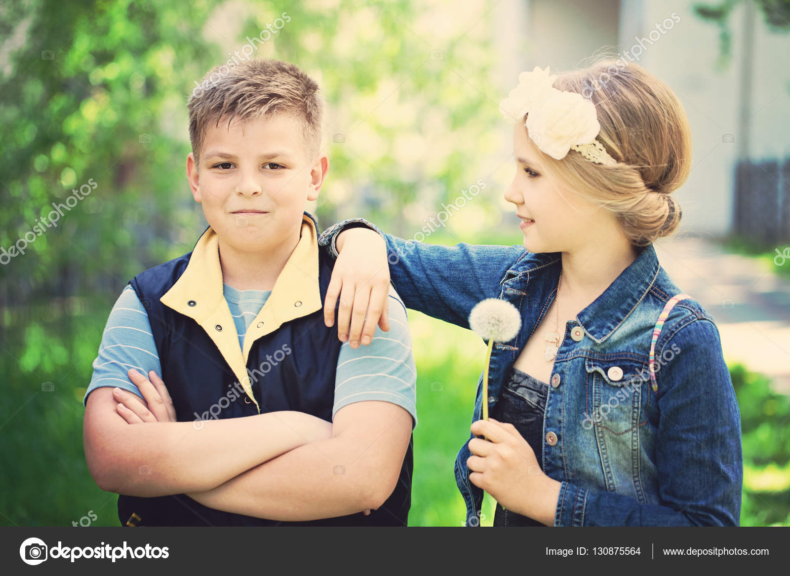 af8a46d8e51 Δύο όμορφα παιδιά σε εξωτερικούς χώρους. Νεαρό αγόρι εξετάζει το ...