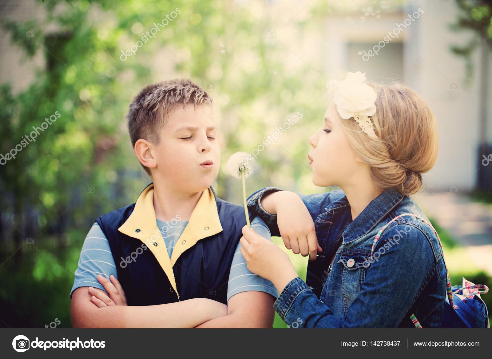 c53903dac0a Νεαρό αγόρι και κορίτσι φυσάει ένα άνθη πικραλίδα. Ευτυχής παιδιά ...