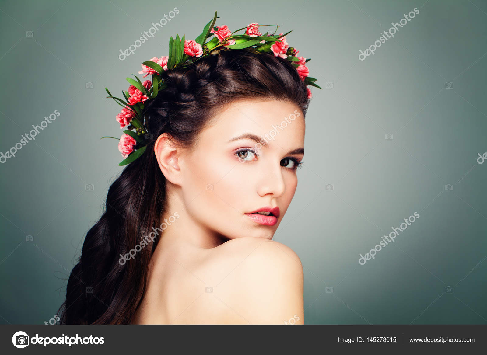 Belle Femme Avec Nude Maquillage Peau Douce Et Une Coiffure