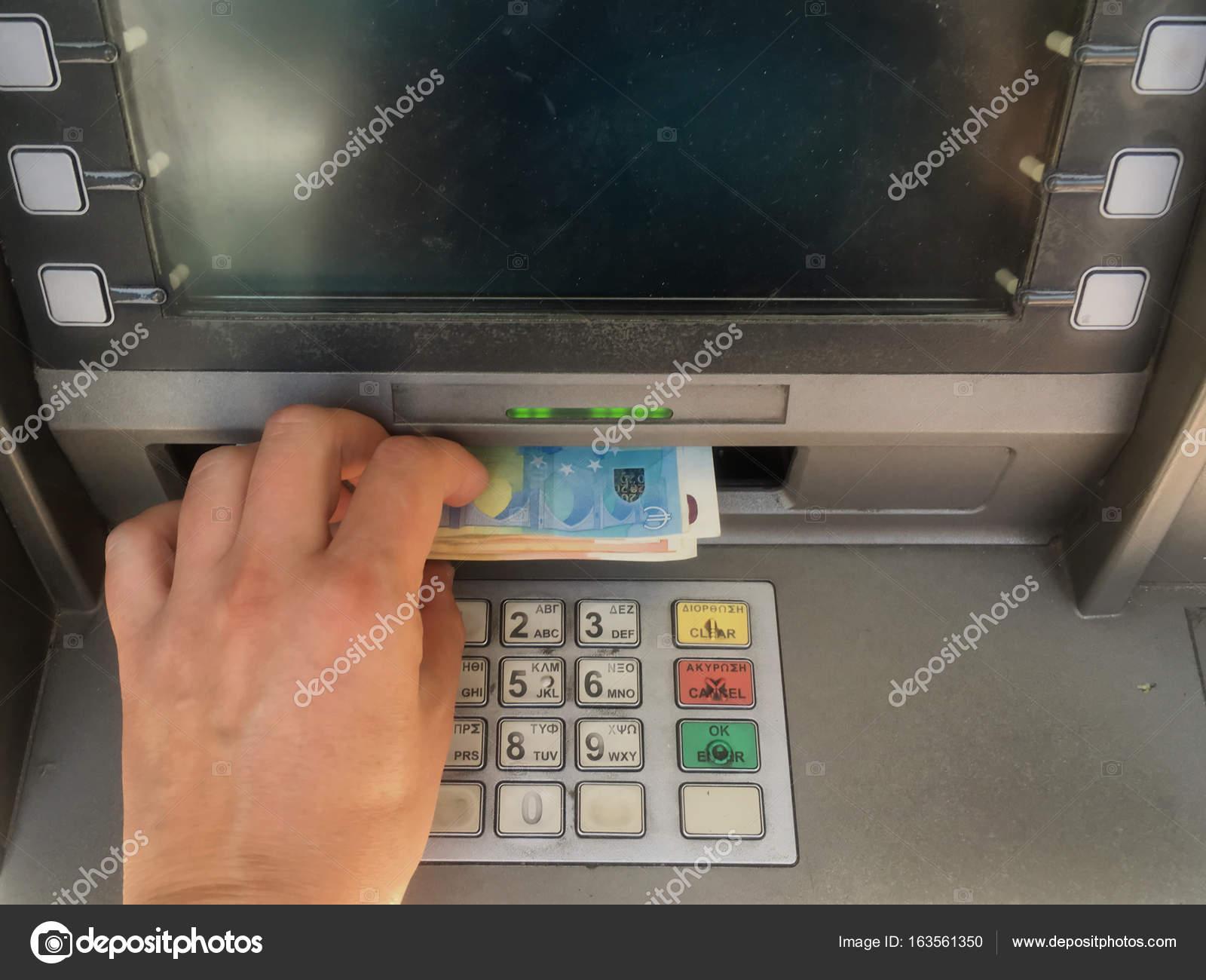 Athens Griekenland  Deposant 420 Euro Terugtrekt Uit Atm Geldautomaat Geld Het Maximumbedrag Per Week Toegestaan Door Controle Op Het