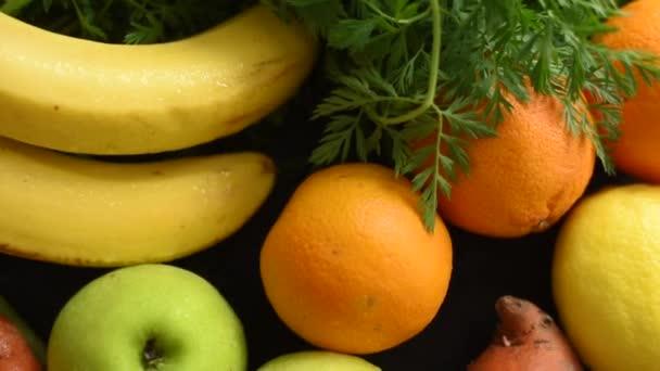 Čerstvé ovoce a zelenina na kuchyňském stole shora. Příprava zdravých složek potravin. Mrkev, jablka, pomeranče, brambory, banány, chřest a citron na dřevěné řezné desce.
