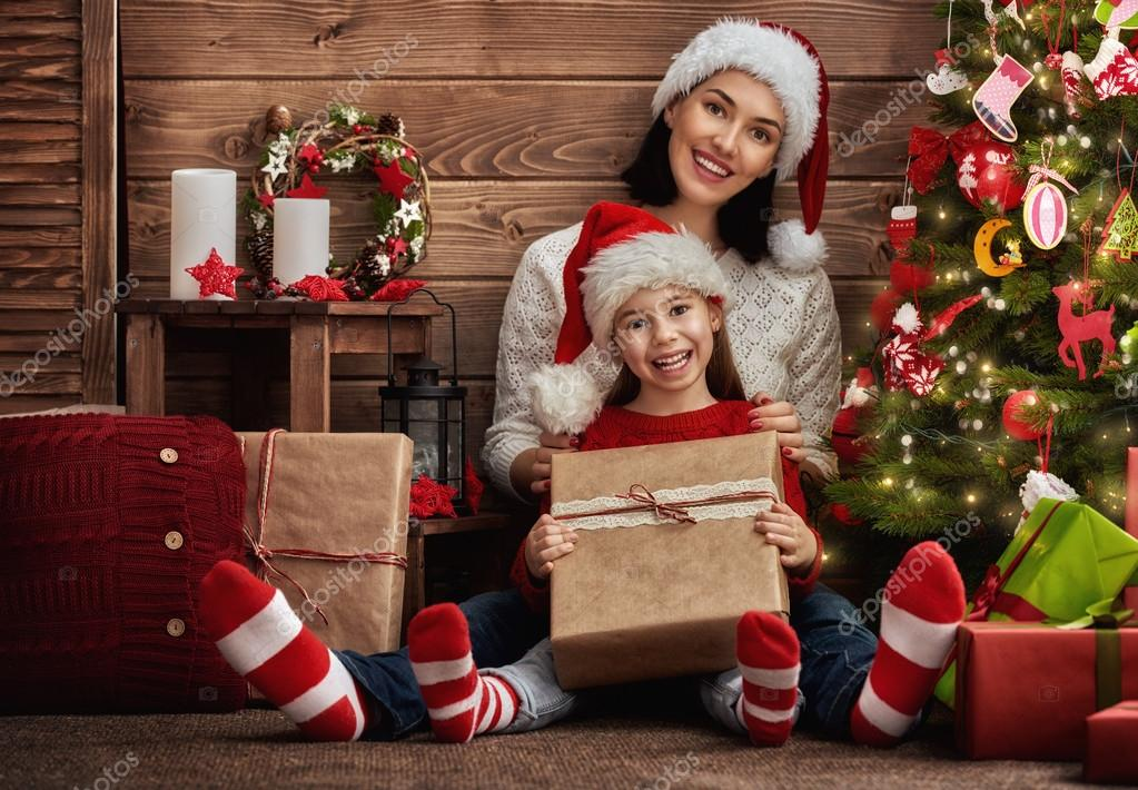Mutter und Tochter, die Austausch von Geschenken — Stockfoto ...
