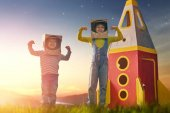Kinder in Astronautenkostümen