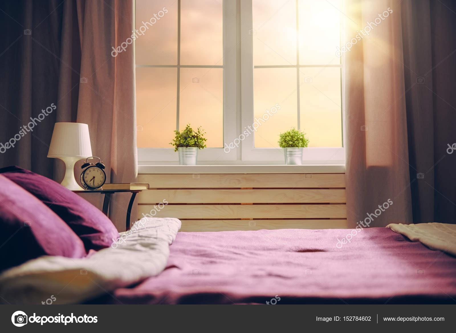 Slaapkamer Kleuren Paars : Slaapkamer in paarse kleuren u stockfoto choreograph