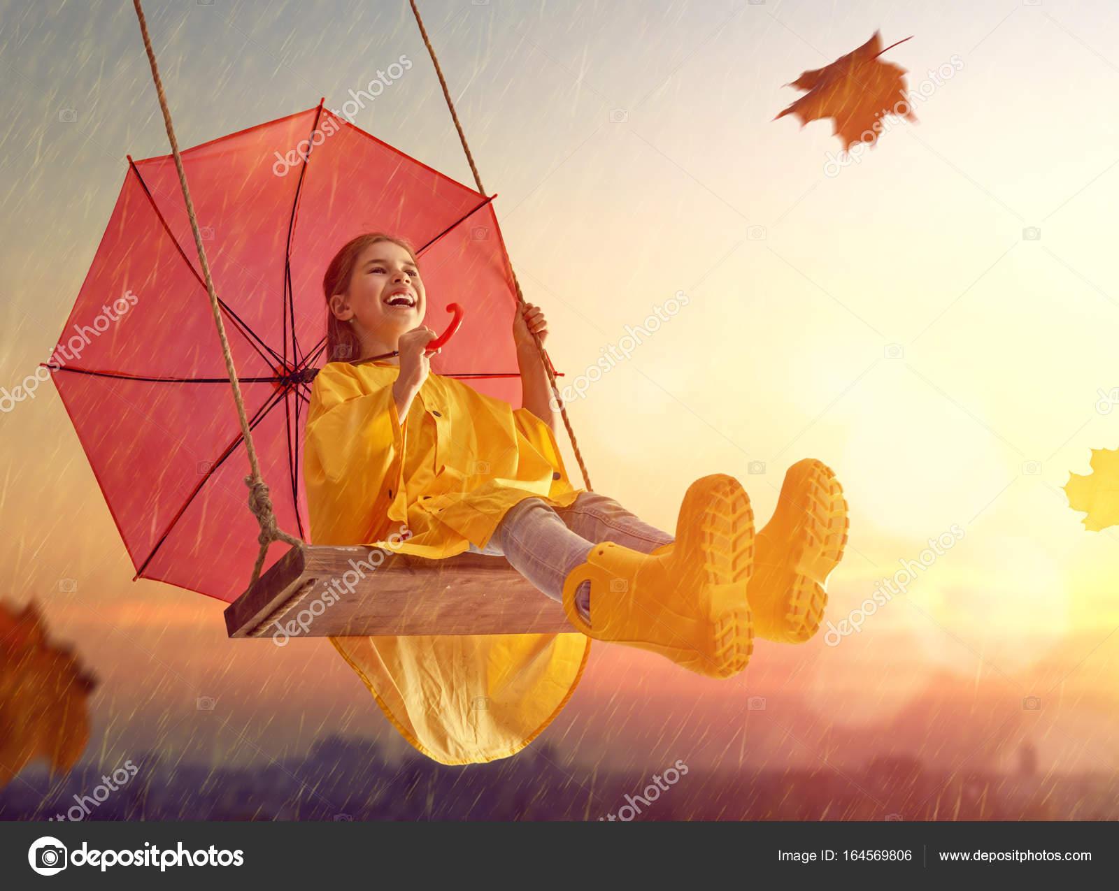 Bambino con l 39 ombrello rosso foto stock choreograph for Piani di fattoria sotto 2000 piedi quadrati