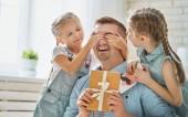 Fotografie daughters congratulating dad