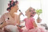 Fotografie Mutter und Kind tun Make-up