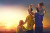 Fotografie šťastná rodina při západu slunce