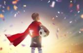 Roztomilé malé dítě sní o tom stát se fotbalista. Chlapec, hrál fotbal na západ slunce