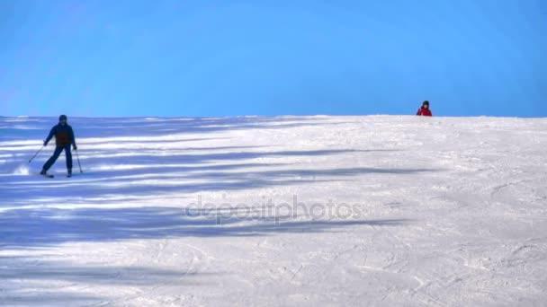 Turisté relaxovat v lyžařském středisku hory