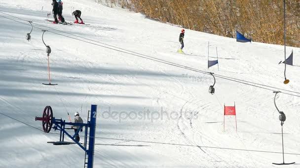 Touristen entspannen im Skigebiet in den Bergen