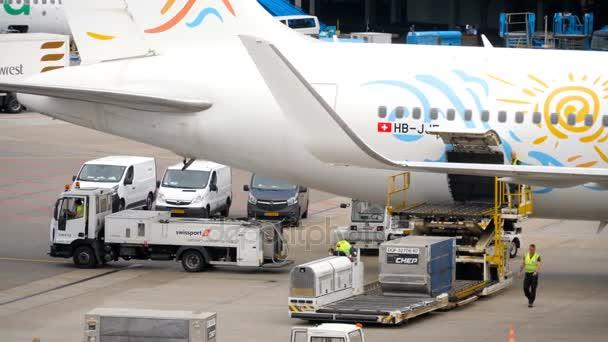 Kirakodási poggyász tárolók a repülőgép